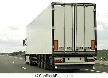 Un camión blanco en la autopista