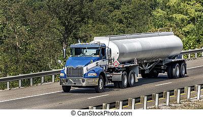 Un camión cisterna en la interestatal