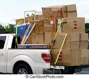Un camión con cajas de mudanza