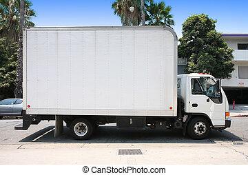 Un camión de reparto blanco en las afueras.