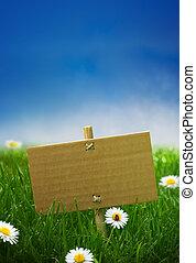 Un cartel de cartón en un jardín verde, fondo natural, cielo azul vacío flores de margaritas y un mariquita