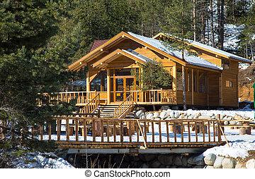 Un chalet alpino de madera en las montañas
