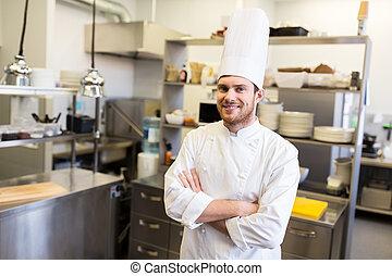 Un chef feliz en la cocina del restaurante