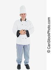 Un chef masculino feliz sosteniendo pinzas