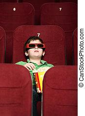 Un chico con palomitas en el cine