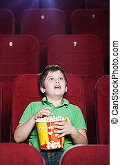 Un chico feliz en el cine