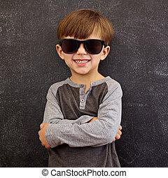Un chico genial con gafas de sol