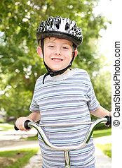 Un chico joven en bicicleta