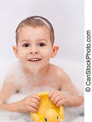 Un chico jugando en el agua