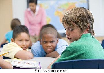 Un chico siendo intimidado en la escuela primaria