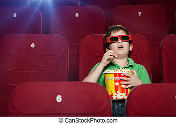 Un chico sorprendido en el cine