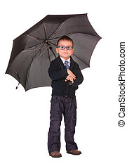 Un chico vestido de negro parado bajo el paraguas