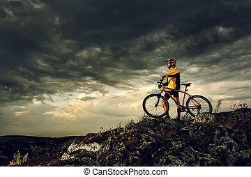 Un ciclista de montaña montando al aire libre