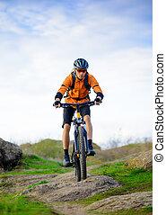 Un ciclista en bicicleta en el hermoso sendero de montaña