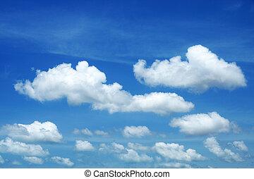 Un cielo azul con nubes blancas