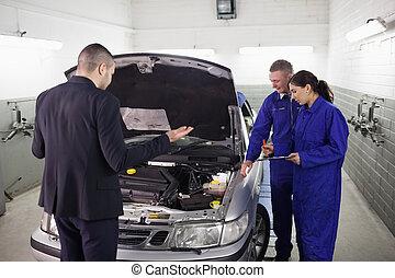 Un cliente mirando un automotor