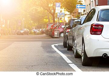 Un coche aparcado en la ciudad. Un concepto de tráfico.