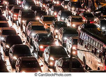 Un coche lleno en la noche