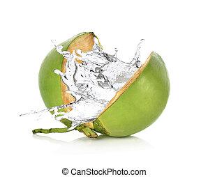 Un coco verde con agua aislada en fondo blanco.