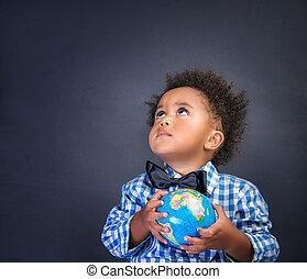 Un colegial con el globo en las manos