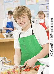 Un colegial en una clase de cocina