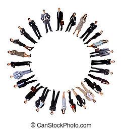 Un collage de gente de negocios de pie alrededor de un círculo vacío
