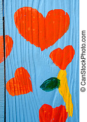 Un colorido corazón rojo en el fondo de madera