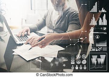 Un concepto de negocios. Empresarios trabajando en el proyecto de inversión de la oficina moderna. Laptop contemporánea. Tecnología de conexión a nivel mundial, interfaz de gráficos de bolsa. Horizontal