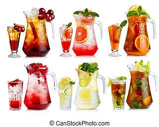 Un conjunto de cócteles sin alcohol en jarras y vasos con frutas y bayas aisladas