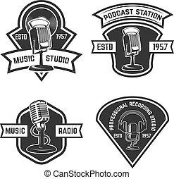 Un conjunto de emblemas con un viejo micrófono aislado en el fondo blanco. Elementos de diseño para logo, etiqueta, firma. Ilustración de vectores