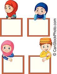 Un conjunto de niños musulmanes y pizarra en blanco