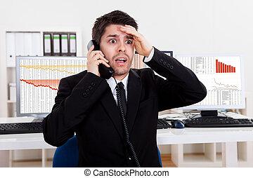 Un corredor de bolsa preocupado al teléfono