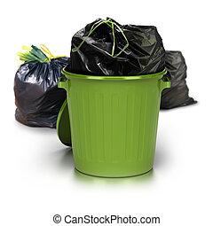 Un cubo de basura verde sobre un fondo blanco con una bolsa de plástico cerrada dentro y otras dos bolsas de plástico en el lado trasero. Tiro al estudio más basura 3D