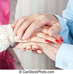 Un cuidado está en casa de ancianos