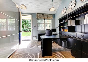 Un diseño de interior moderno azul con muebles marrón oscuro.