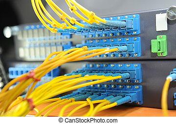 Un disparo de cables y servidores en un centro de datos tecnológico