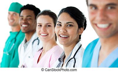 Un doctor atractivo con su equipo