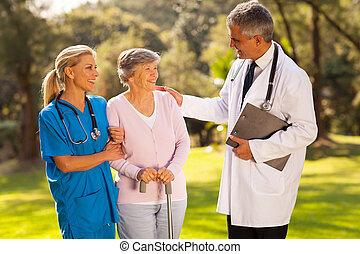 Un doctor hablando con un paciente mayor