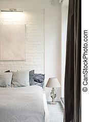 Un dormitorio grande y brillante con cama