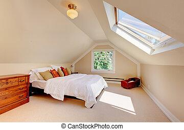 Un dormitorio moderno con cama blanca y claraboya.