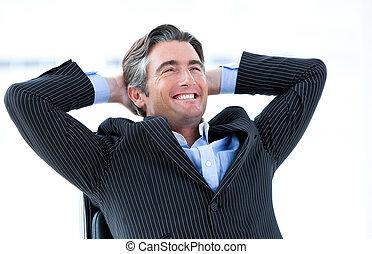 Un ejecutivo reído pensando en su éxito