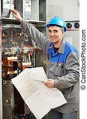 Un electricista feliz trabajando en la central eléctrica