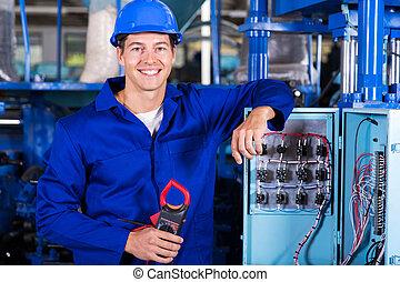 Un electricista industrial con aislante