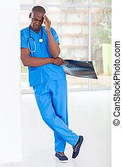 Un empleado médico americano cansado