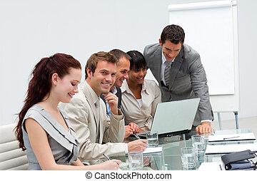 Un empresario atractivo trabajando con su equipo