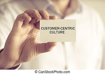 Un empresario con una tarjeta de crédito de clientes
