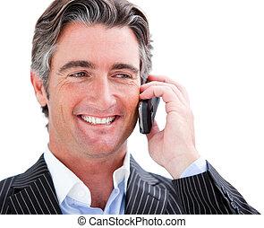 Un empresario encantador sosteniendo un teléfono
