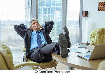 Un empresario maduro relajándose en la oficina