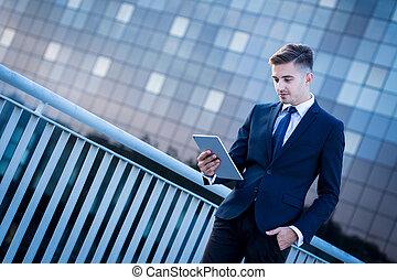 Un empresario moderno con tablet