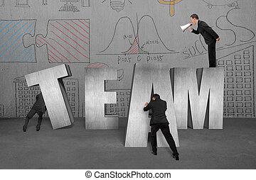 Un empresario que manda a los empleados a mover la palabra del equipo